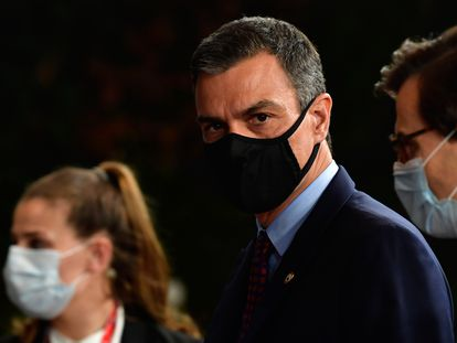 Spain's PM Pedro Sánchez, center, leaves the building after the Saturday session of a EU summit in Brussels.