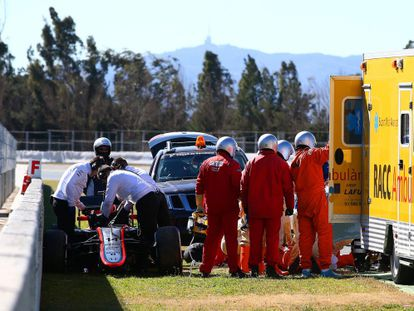 Doctors attend to Alonso after the crash at Montmeló.