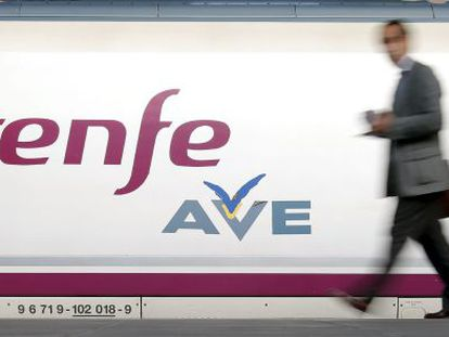 A passenger prepares to board an AVE train.