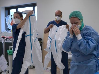 Healthcare personnel don protective gear at Los Arcos de San Javier hospital in Murcia.