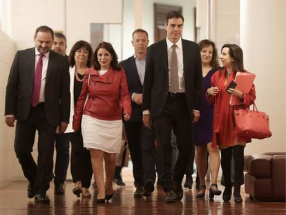 Socialist leader Pedro Sánchez and party deputies in Congress.
