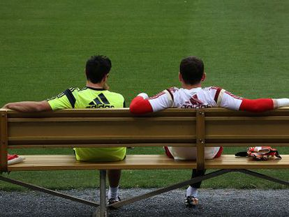 Xavi and Iker Casillas chat during a training session.