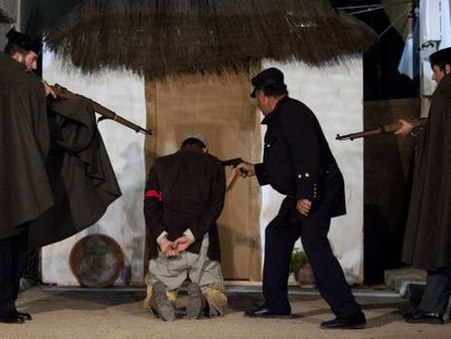 Actors playing the parts of the civil and assault guards dispatched to Cádiz to put down an anarchist insurrection.