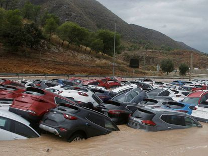 Dozens of vehicles flooded in Alicante, this Thursday.