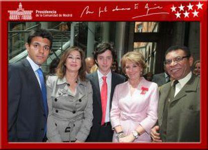 Gómez-Iglesias (c) with former Madrid regional premier Esperanza Aguirre (r) and TV presenter Ana Rosa Quintana.