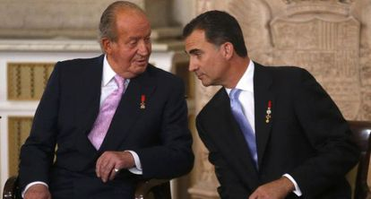Juan Carlos and Prince Felipe during the signing ceremony.