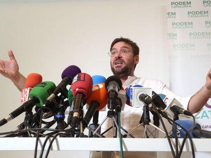 Albano-Dante Fachin, former leader of Podem, criticizes Pablo Iglesias at a press conference.