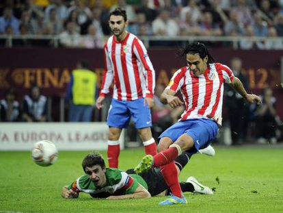 Falcao fires home Atlético's second goal as Jon Aurtenetxe helplessly watches from the floor.