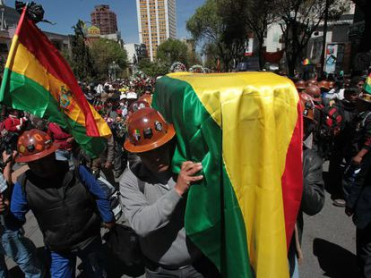 Unionists carry the coffin of the dead miner Héctor Choque in La Paz on Thursday.
