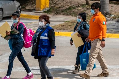 Onelia Alonso crosses the border with officials from Mexico's National Immigration Institute and the United Nations.