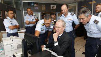 Defense Minister Pedro Morenés at the Gran Canaria rescue control center on Wednesday.
