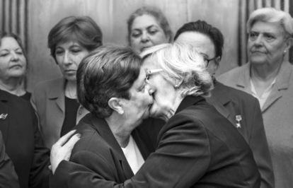 The Lideresas recreate the kiss between communist leaders Leonid Brezhnev and Erich Honecker in 1979.