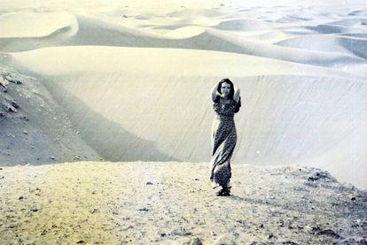 Sanmao posing in the Sahara desert.