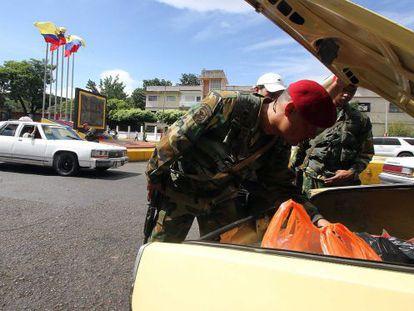 Venezuelan soldiers inspect a car at a crossing point along the Venezuelan-Colombian border in San Cristóbal.