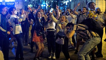 Late night revellers in Madrid after the state of alarm ended at 12am on Sunday morning.