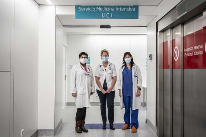 From left to right: Natividad Arias Martínez, specialist in intensive care; Sarah Heili, specialist in pulmonology and head of the Respiratory Intensive Care Unit; and Lara Colino Gómez, intensive care specialist, at the entrance to the intensive care unit at the Fundación Jiménez Díaz hospital.