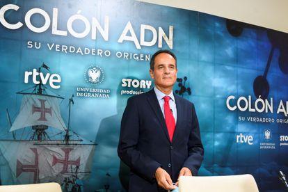 Anthropologist José Antonio Lorente at a press conference.