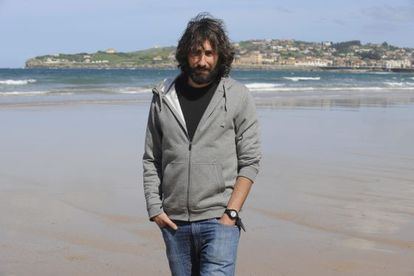 Photojournalist Manu Brabo, pictured on the San Lorenzo beach in Gijón.