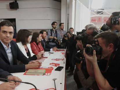 PSOE chief Pedro Sánchez (l).