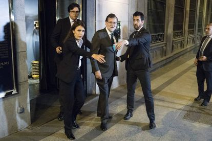 Rajoy leaves a restaurant the night of the debate.