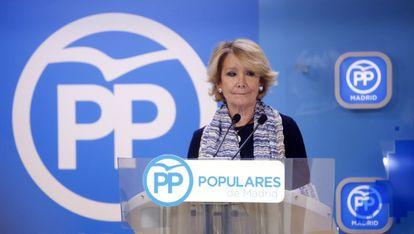 Esperanza Aguirre speaks to the press on Sunday.