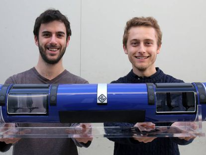 Daniel Orient and Juan Vicén with a model of their prototype.