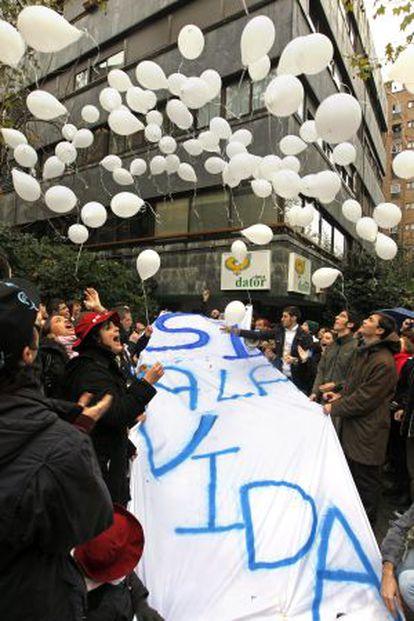 Pro-life protestors demonstrate outside Clínica Dator.