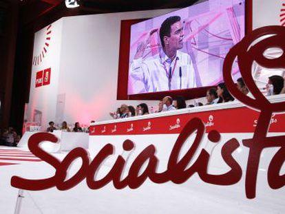 Pedro Sánchez addresses Socialist Party members to promise them change.