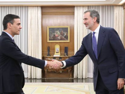 Pedro Sánchez (l) greets Spain's King Felipe VI on Wednesday.
