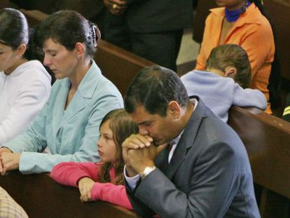 President Correa prays during Mass with his family.