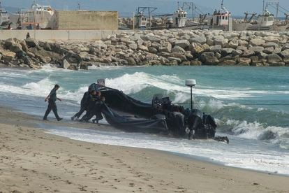 The Civil Guard with an abandoned narco-vessel following a chase along El Tonelero beach in La Atunara.