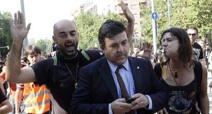 Catalan politician Alfons López is harassed as he walks into the regional assembly on June 15, 2013.