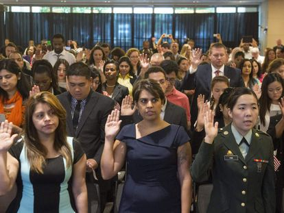 A swearing-in ceremony for new US citizens.