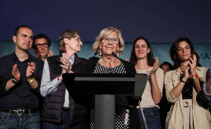 Manuela Carmena (c) concedes defeat on the night of the municipal elections.