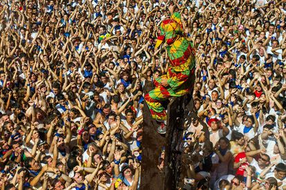 The fiestas of Saint Atiliano – August 27 to September 1 – kick off by celebrating the day of Cipotegato. When the bells ring 12 in Tarazona, the character of Cipotegato emerges from the town hall dressed in a harlequin suit to be met with a barrage of rotting tomatoes, which triggers a general tomato war. For more information: tarazona.es.