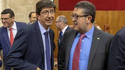 Vox deputy Francisco Serrano (r) inside the Andalusian parliament.