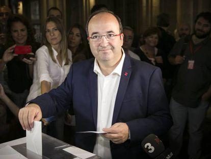 Catalan Socialists leader Miquel Iceta voting in 2015.