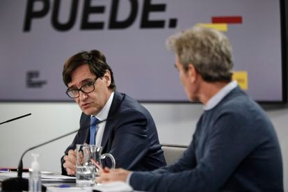 Health Minister Salvador Illa (l) and CCAES directo Fernando Simón at a press conference on Monday.