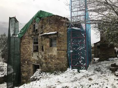 Restoring a house in Pena Vella (Lugo), a hamlet purchased for €60,000.