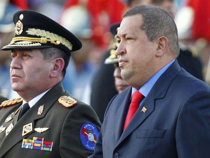 General Rangel Silva (left) stands next to Hugo Chávez last January 17 in Caracas.
