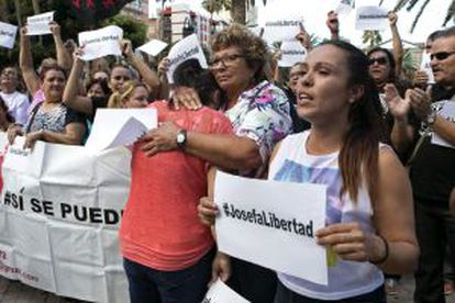 People march to demand a pardon for Josefa in Gran Canaria on Monday .