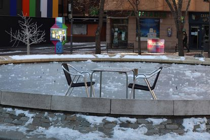 A fountain's water turned to ice in Salamanca due to the cold overnight temperature.