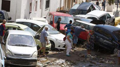 Flash floods damaged cars in Adra (Almería).