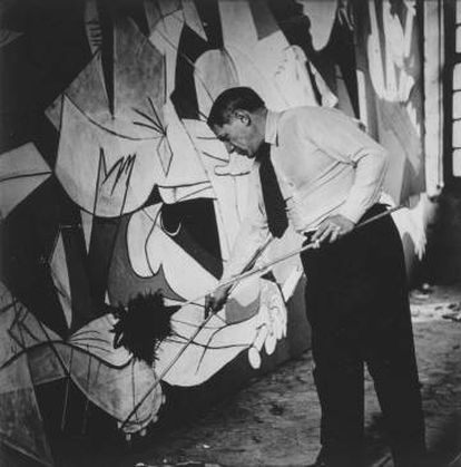 Pablo Picasso photographed by Dora Maar painting Guernica en 1937 in Paris.