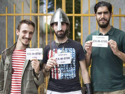 Three hopefuls auditioning for Game of Thrones in Malpartida de Cáceres.