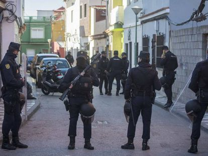 A raid last Thursday against traffickers in La Atunara neighborhood of La Línea (in Cádiz).