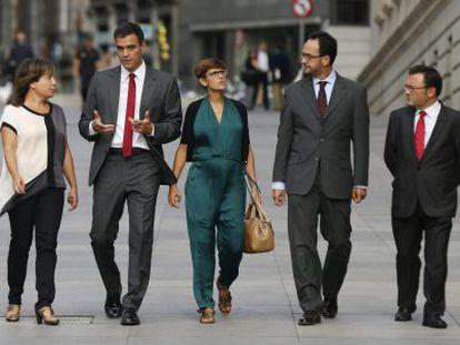 Socialist leader Pedro Sánchez (second left) outside Congress on Wednesday morning.