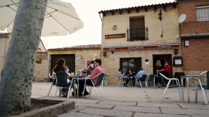 Tourists in Urueña's town square.