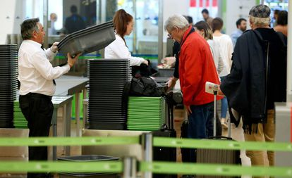 Lines to pass through security controls at Madrid-Barajas airport.