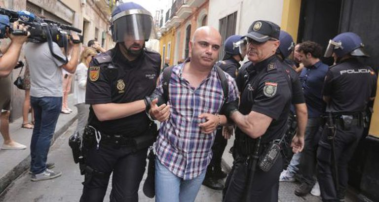 David Navarro, a councilor in Cádiz, was physically removed by the police after trying to stop an eviction.